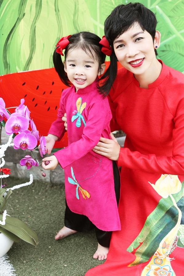 Con gái Xuân Lan diện áo dài chụp ảnh đáng yêu 1