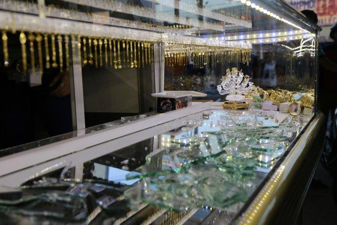 Táo tợn dùng búa đập tủ cướp tiệm vàng giữa ban ngày ở Bình Dương 1