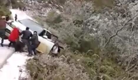 Giải trí - Khoảnh khắc tài xế nhảy ra khỏi chiếc xe rơi xuống dốc khi đi ngắm tuyết