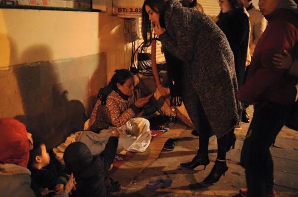 Hồ Ngọc Hà đi phát quà Tết cho người vô gia cư giữa đêm đông 1