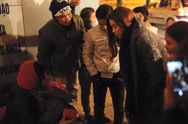 Hồ Ngọc Hà đi phát quà Tết cho người vô gia cư giữa đêm đông 2
