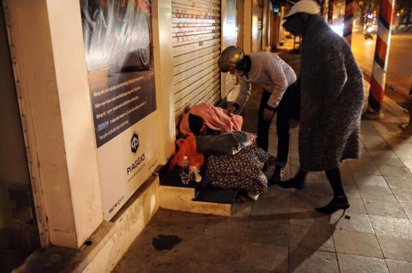Hồ Ngọc Hà đi phát quà Tết cho người vô gia cư giữa đêm đông 3