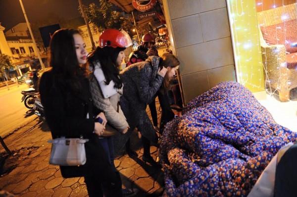 Hồ Ngọc Hà đi phát quà Tết cho người vô gia cư giữa đêm đông 4