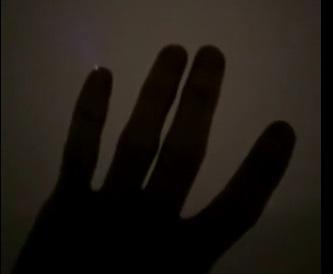 Hiện tượng lạ: ngón tay lóe sáng khi đứng trên mặt hồ đóng băng 1