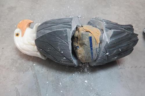 Cocain trị giá 5 tỷ đồng giấu trong tượng chim đại bàng về Việt Nam 1