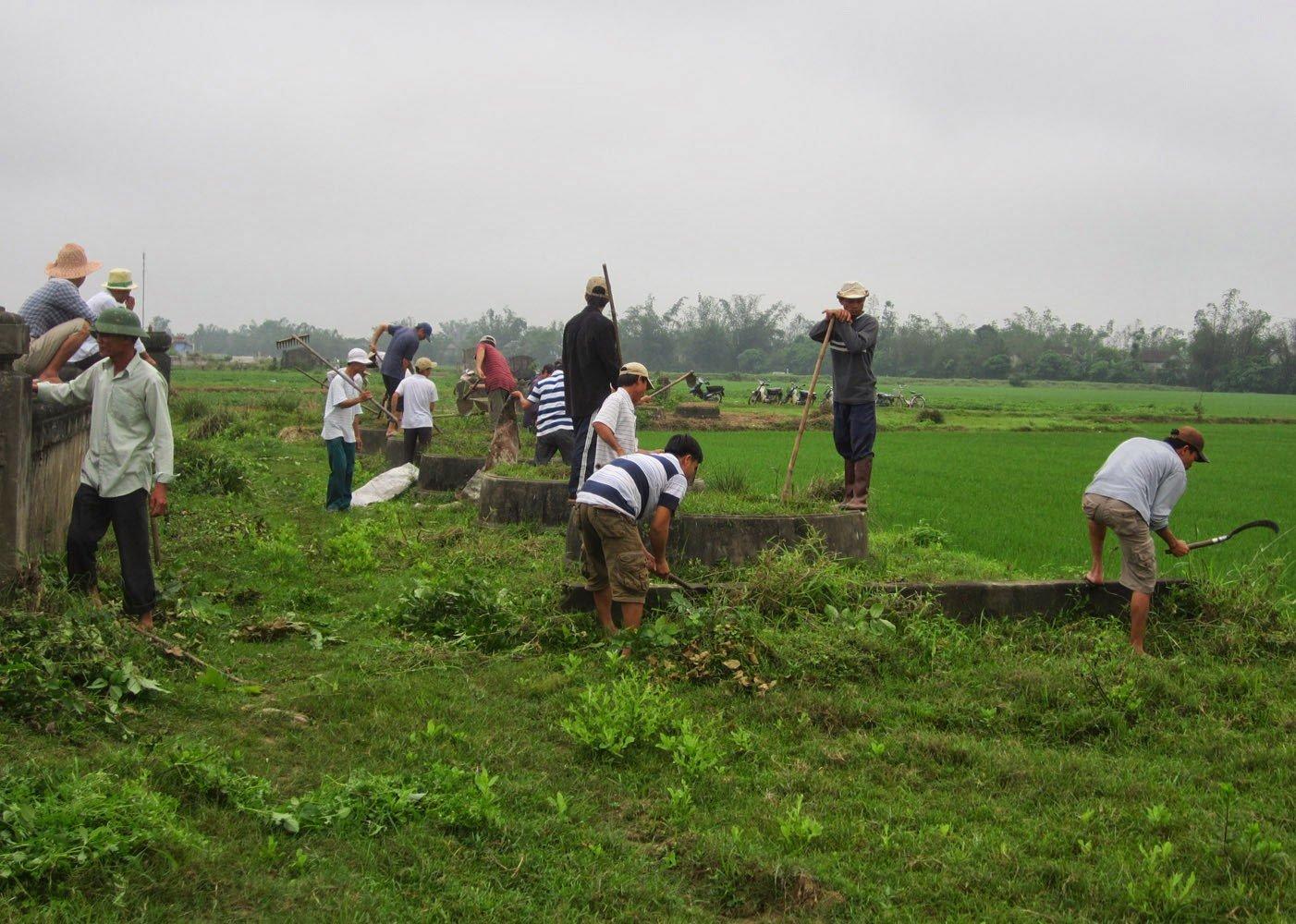 Dọn cỏ sửa sang mộ phần của tổ tiên