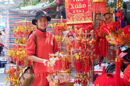 Giải trí - Ngọc Hân rạng rỡ đi chợ Tết cùng em dâu xinh xắn
