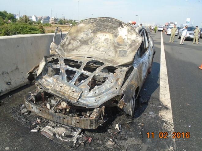 Xe ô tô bốc cháy dữ dội trên cao tốc Long Thành 1