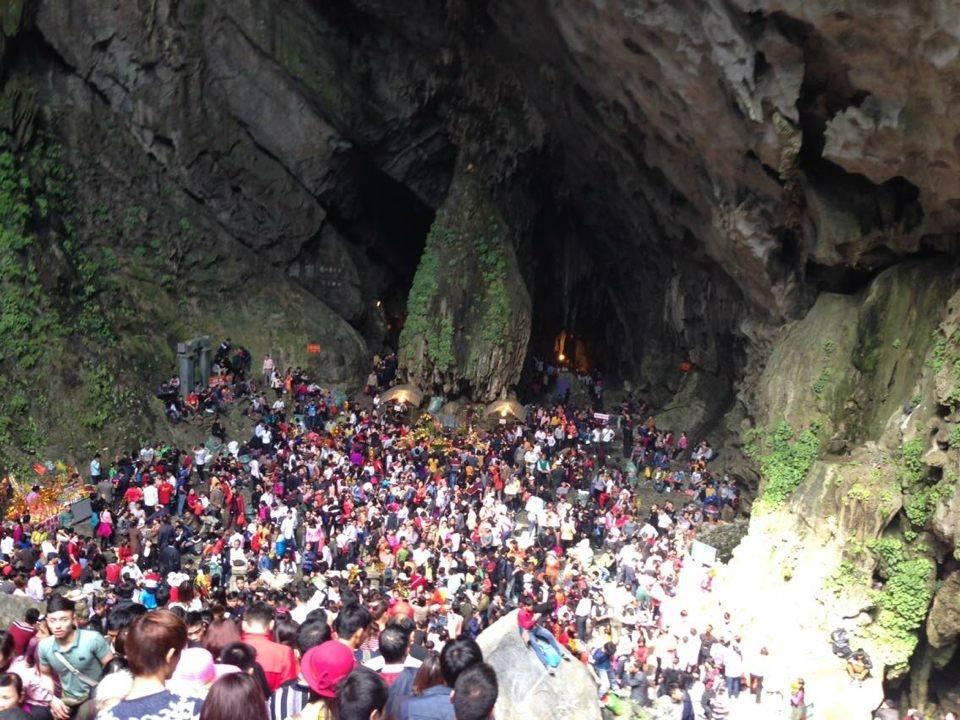 Dòng người ùn ùn chen lấn, trẩy hội chùa Hương 8