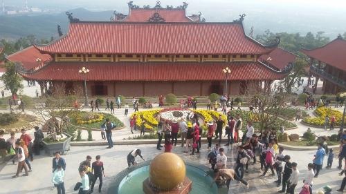 Hàng nghìn khách du lịch tới chùa có chính điện lớn nhất Việt Nam 5