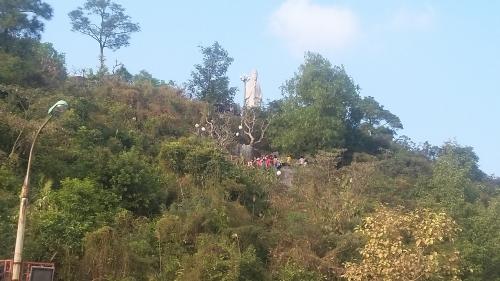Hàng nghìn khách du lịch tới chùa có chính điện lớn nhất Việt Nam 6