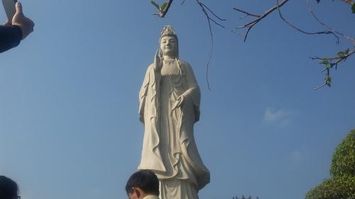 Hàng nghìn khách du lịch tới chùa có chính điện lớn nhất Việt Nam 7