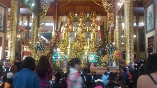Hàng nghìn khách du lịch tới chùa có chính điện lớn nhất Việt Nam 8