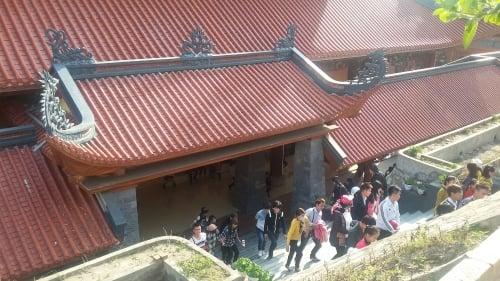 Hàng nghìn khách du lịch tới chùa có chính điện lớn nhất Việt Nam 9