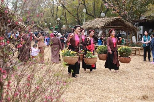 Hàng vạn người háo hức tham gia lễ hội hoa Xuân 13