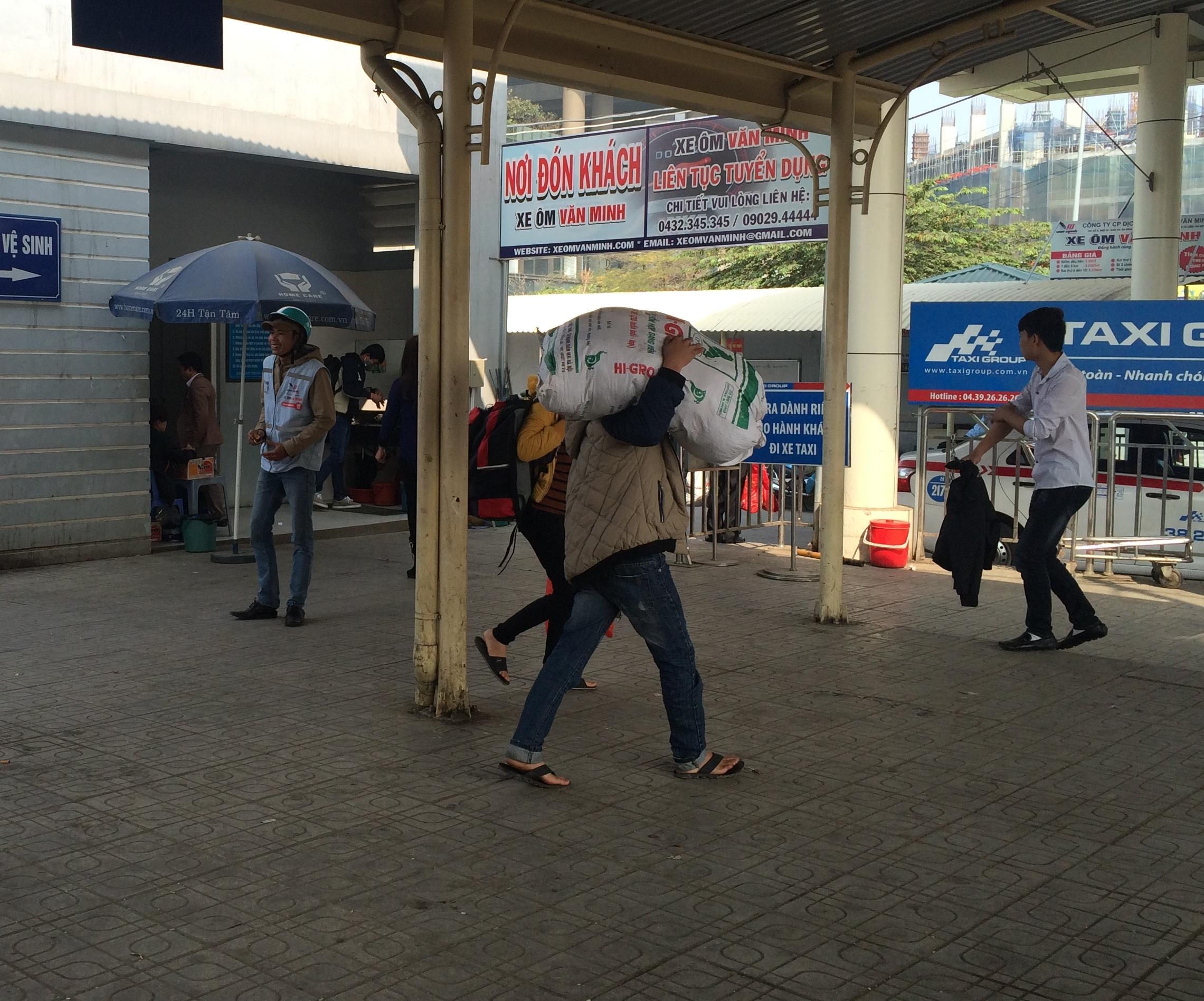 Mùng 5 Tết, người dân lỉnh kỉnh đồ đạc trở lại Thủ Đô 7