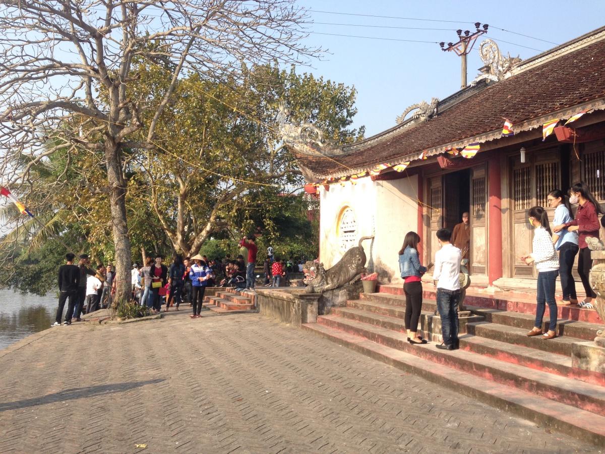 Hải Dương: Dòng người chen chúc xin xăm đầu năm tại lễ hội chùa Bạch Hào 2