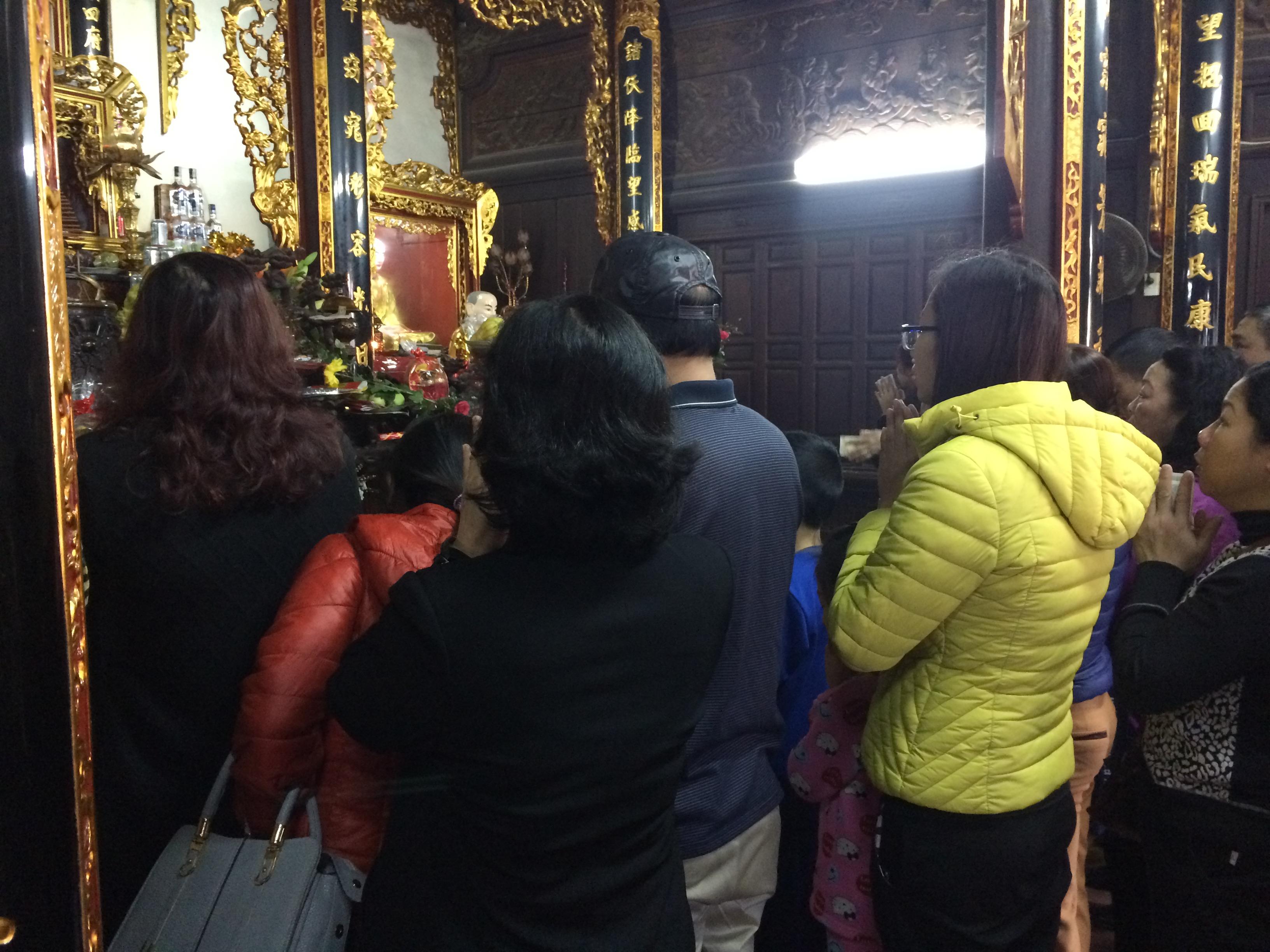 Thiếu nữ nô nức đi chùa Hà cầu duyên đầu năm 14