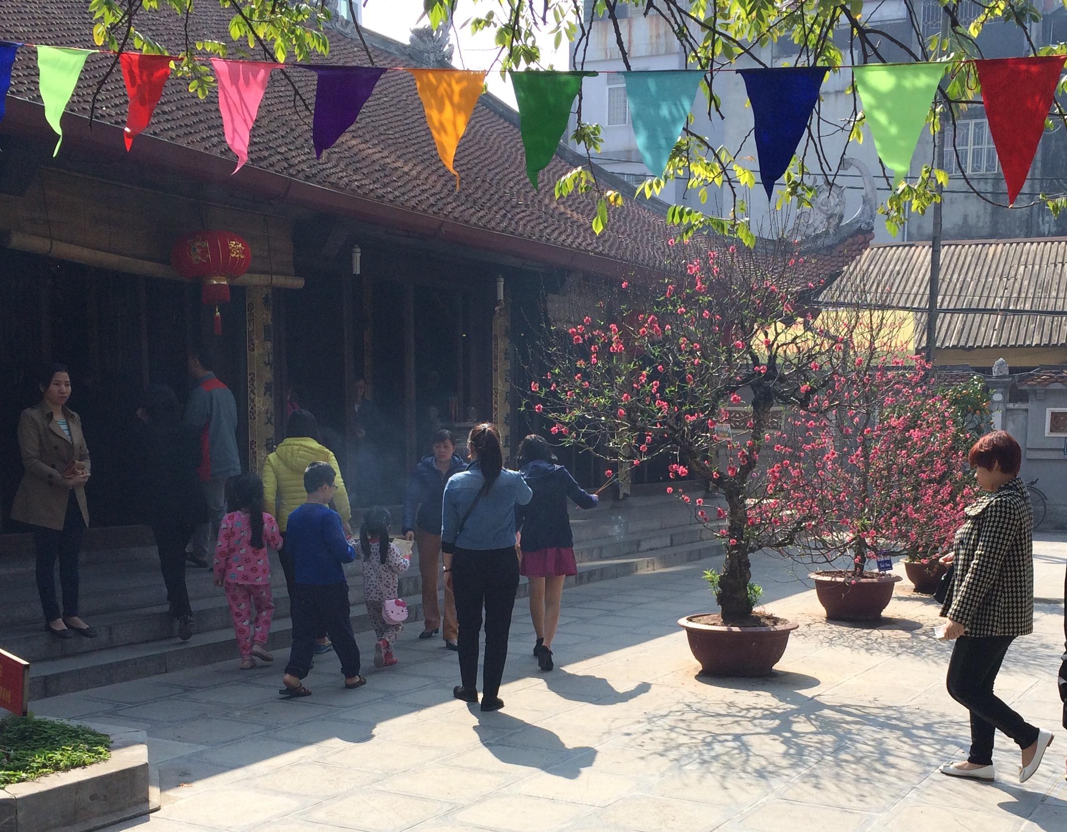 Thiếu nữ nô nức đi chùa Hà cầu duyên đầu năm 4