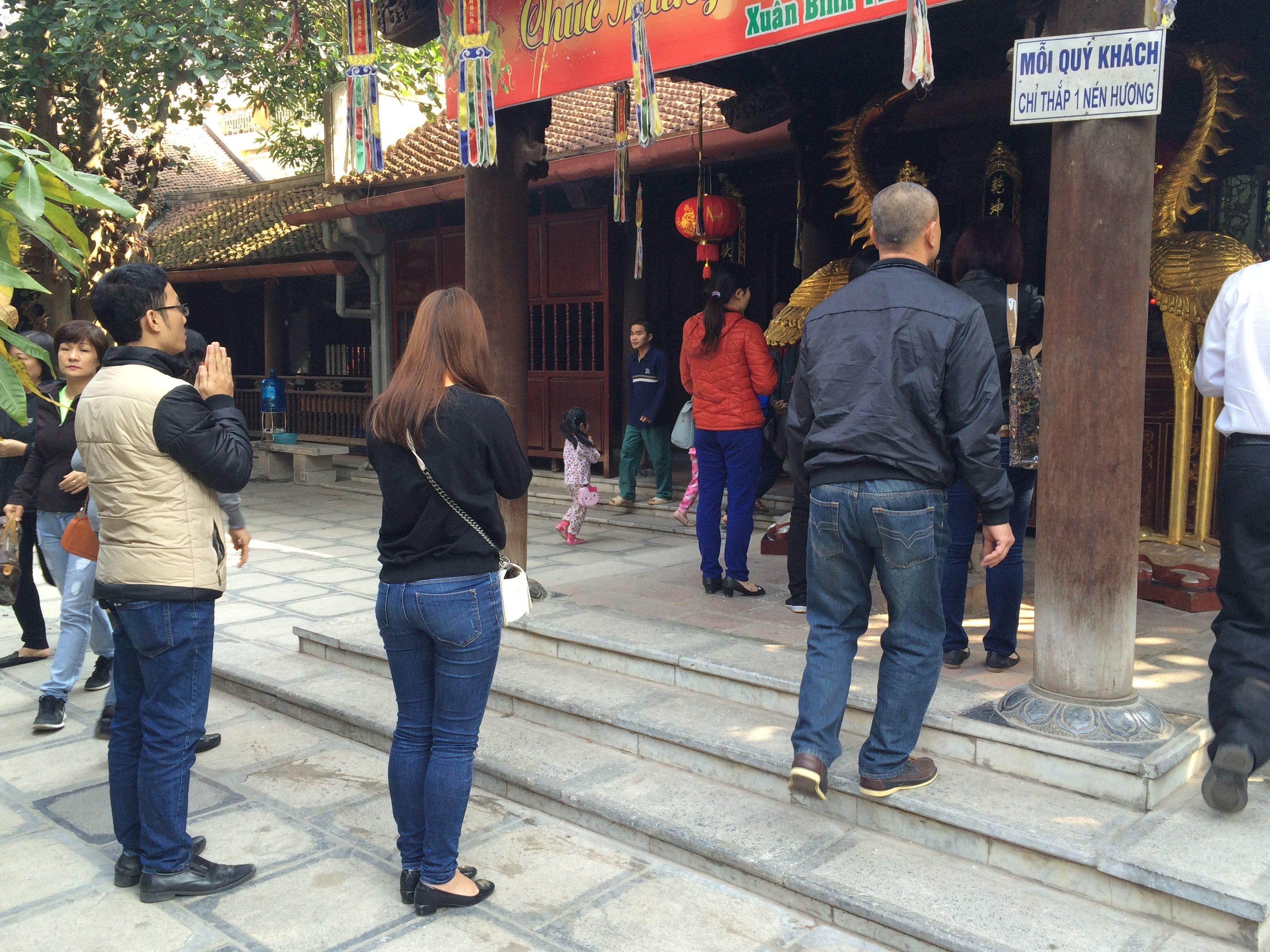 Thiếu nữ nô nức đi chùa Hà cầu duyên đầu năm 9