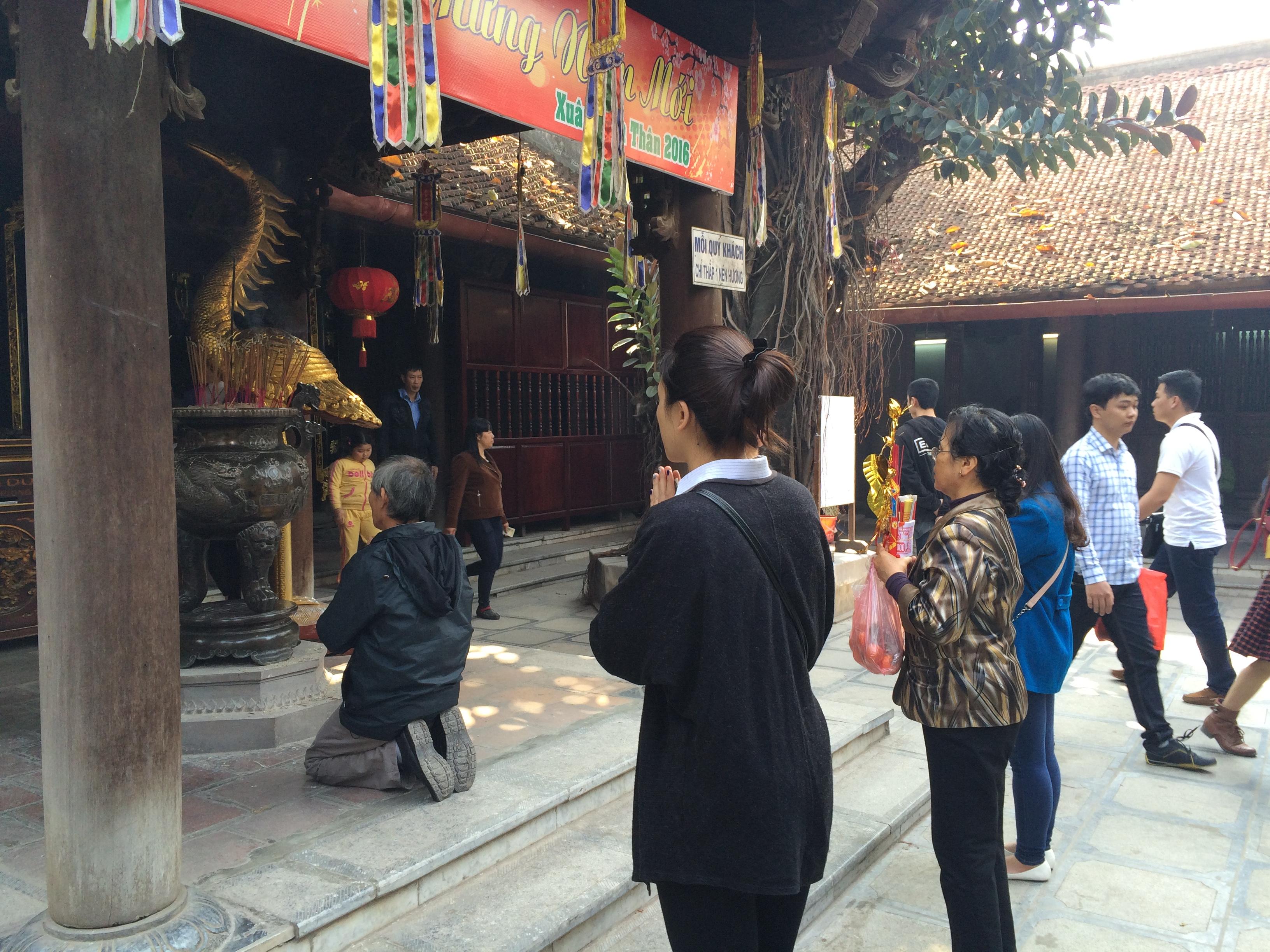 Thiếu nữ nô nức đi chùa Hà cầu duyên đầu năm 11
