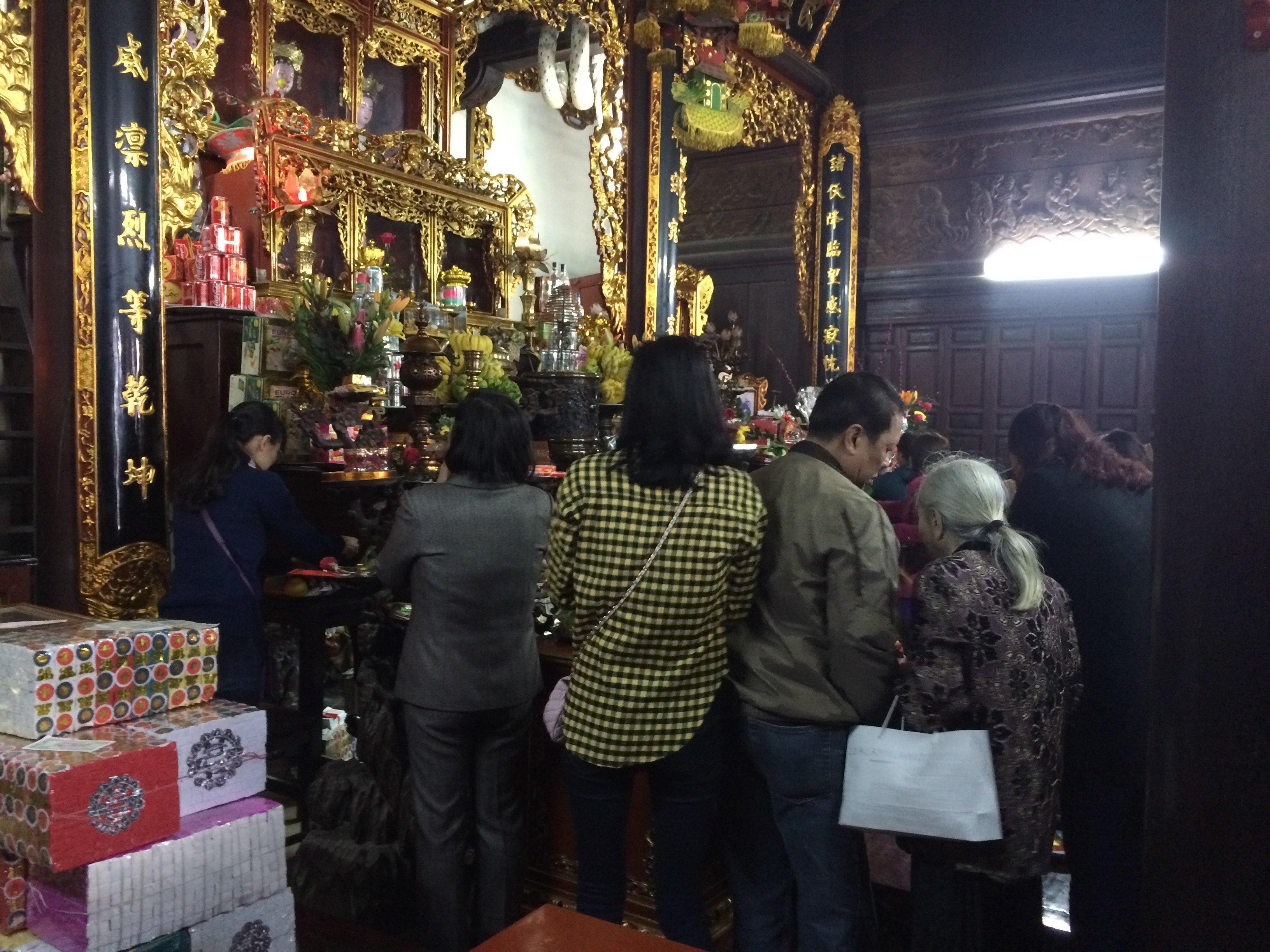 Thiếu nữ nô nức đi chùa Hà cầu duyên đầu năm 13