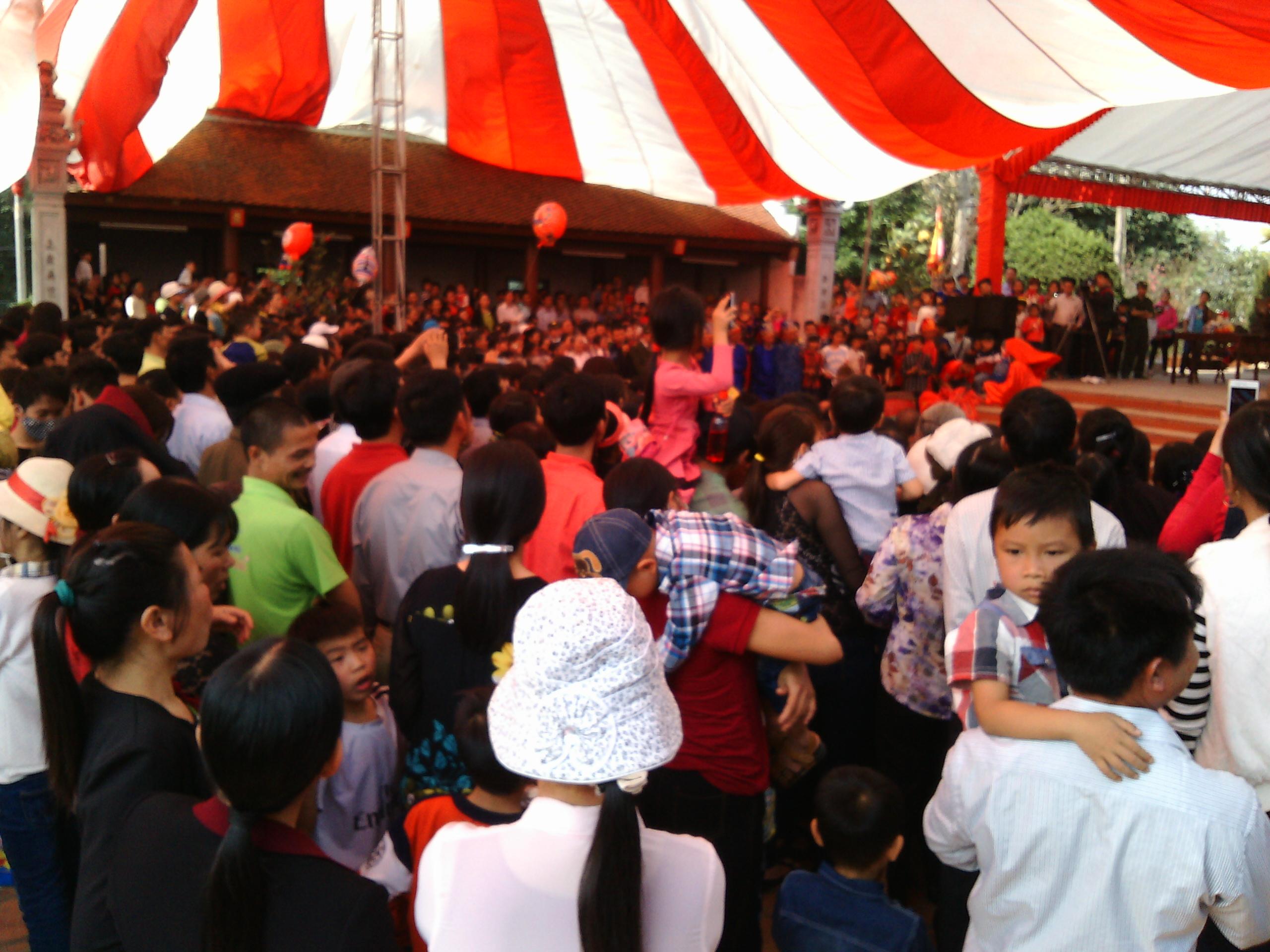 Hình ảnh Hà Nội: Chị em vô tư diện váy ngắn, quần cộc tham dự Hội đền số 1