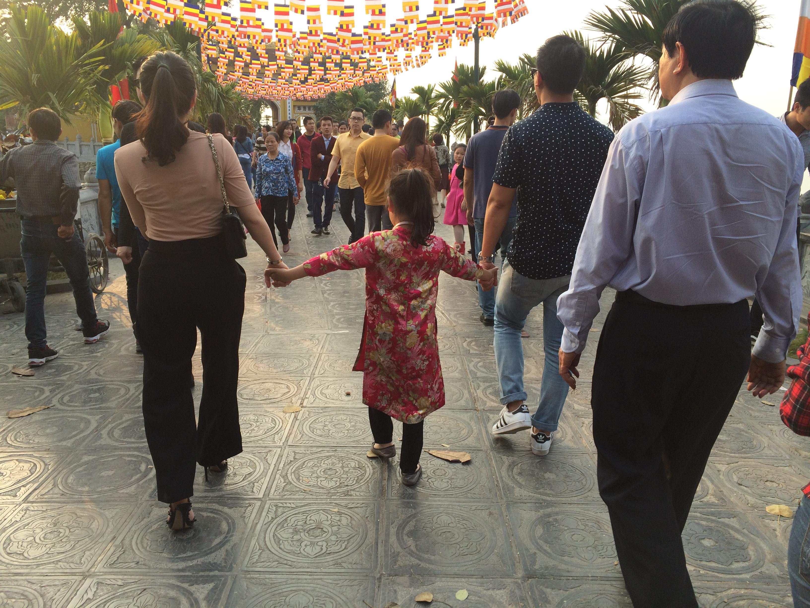 Hình ảnh Du xuân Trấn Quốc bắt gặp thiếu nữ diện váy ngắn lên chùa số 2