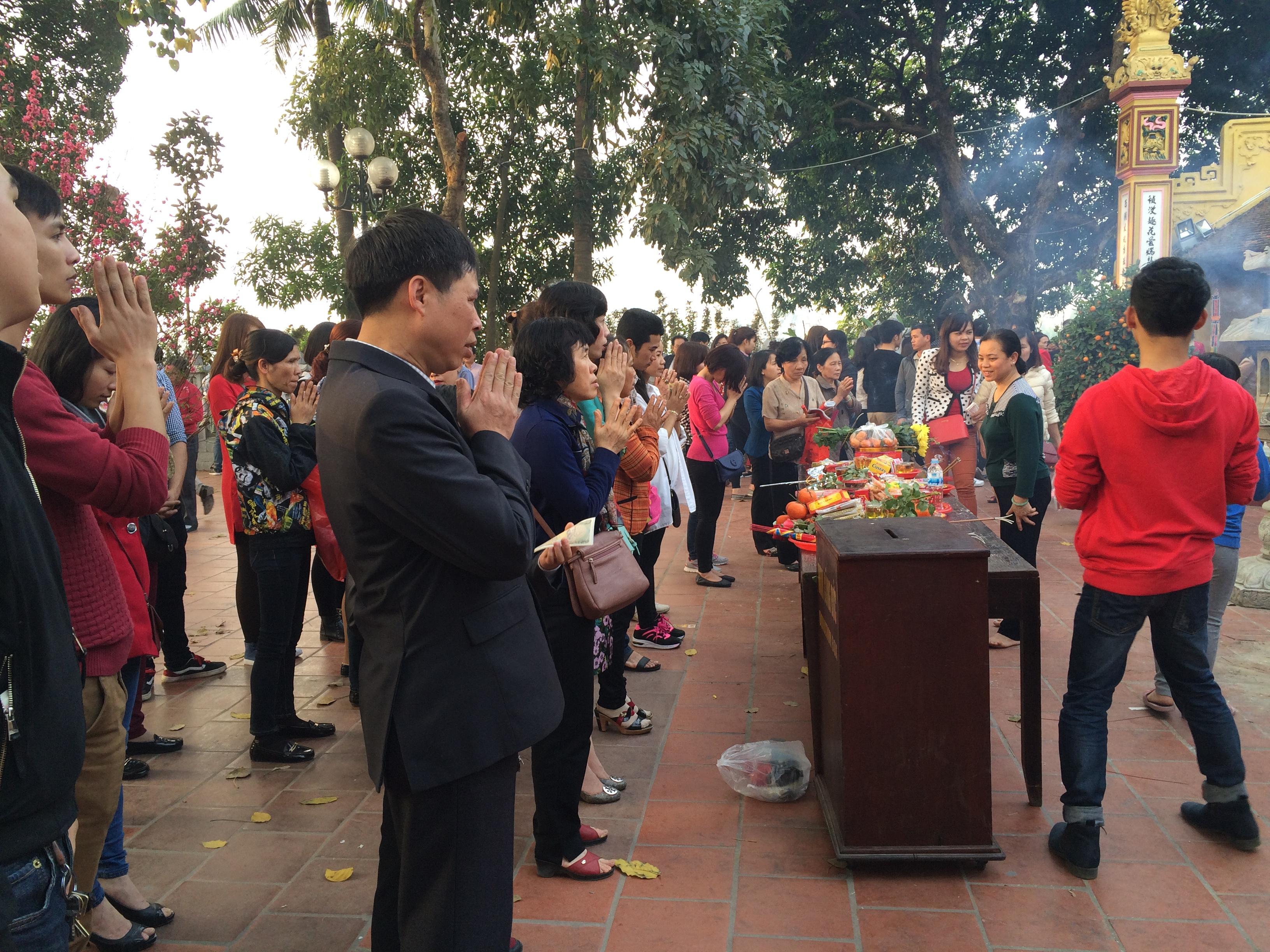 Hình ảnh Du xuân Trấn Quốc bắt gặp thiếu nữ diện váy ngắn lên chùa số 5