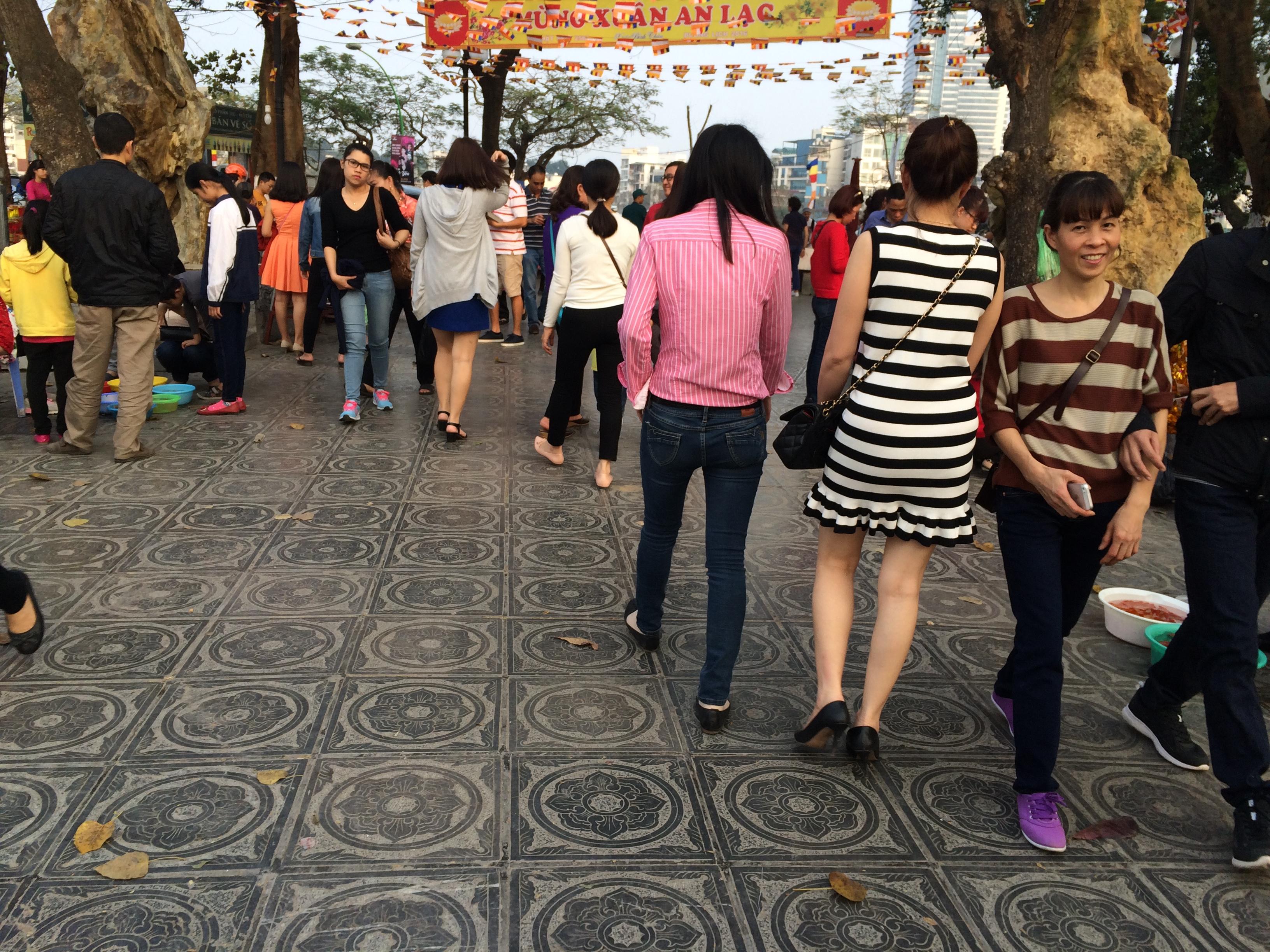 Hình ảnh Du xuân Trấn Quốc bắt gặp thiếu nữ diện váy ngắn lên chùa số 6