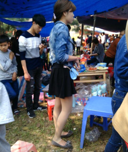 Hình ảnh Hà Nội: Chị em vô tư diện váy ngắn, quần cộc tham dự Hội đền số 3
