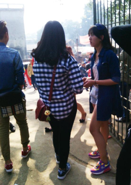 Hình ảnh Hà Nội: Chị em vô tư diện váy ngắn, quần cộc tham dự Hội đền số 10