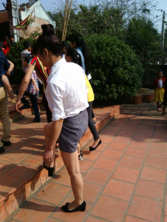 Hình ảnh Hà Nội: Chị em vô tư diện váy ngắn, quần cộc tham dự Hội đền số 9