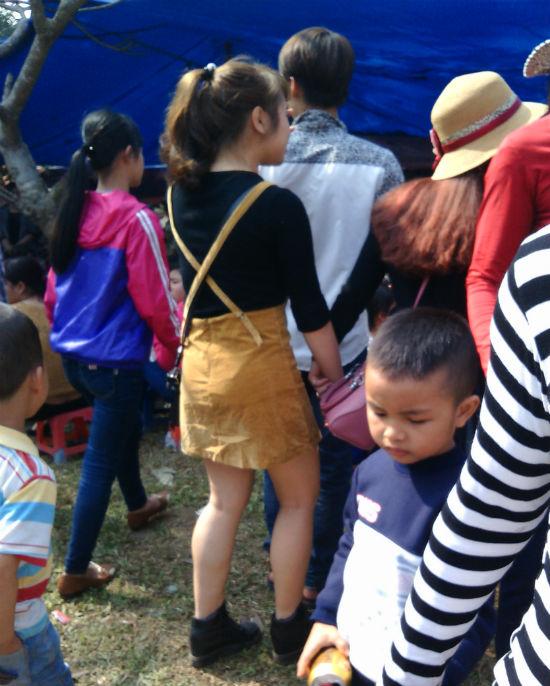 Hình ảnh Hà Nội: Chị em vô tư diện váy ngắn, quần cộc tham dự Hội đền số 6