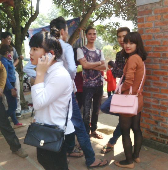 Hình ảnh Hà Nội: Chị em vô tư diện váy ngắn, quần cộc tham dự Hội đền số 4