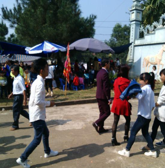 Hình ảnh Hà Nội: Chị em vô tư diện váy ngắn, quần cộc tham dự Hội đền số 5