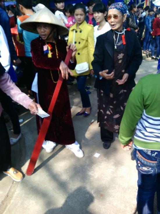 Hà Nội: Chị em vô tư diện váy ngắn, quần cộc tham dự Hội đền 7