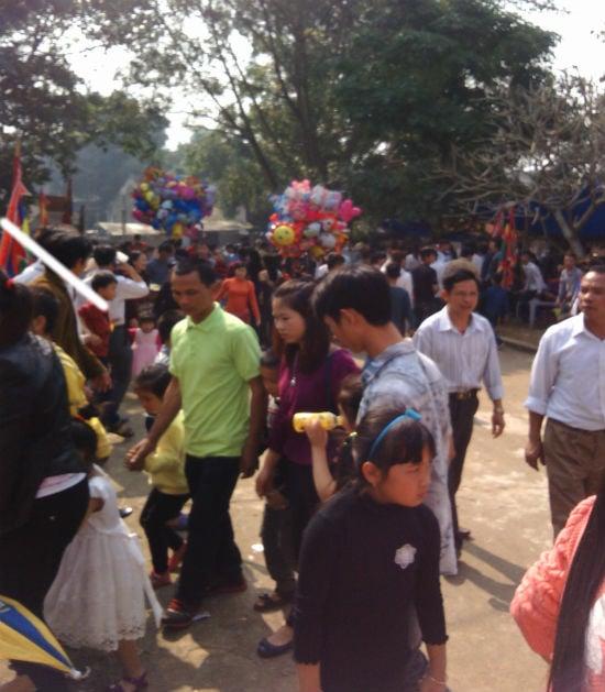Hà Nội: Chị em vô tư diện váy ngắn, quần cộc tham dự Hội đền 8