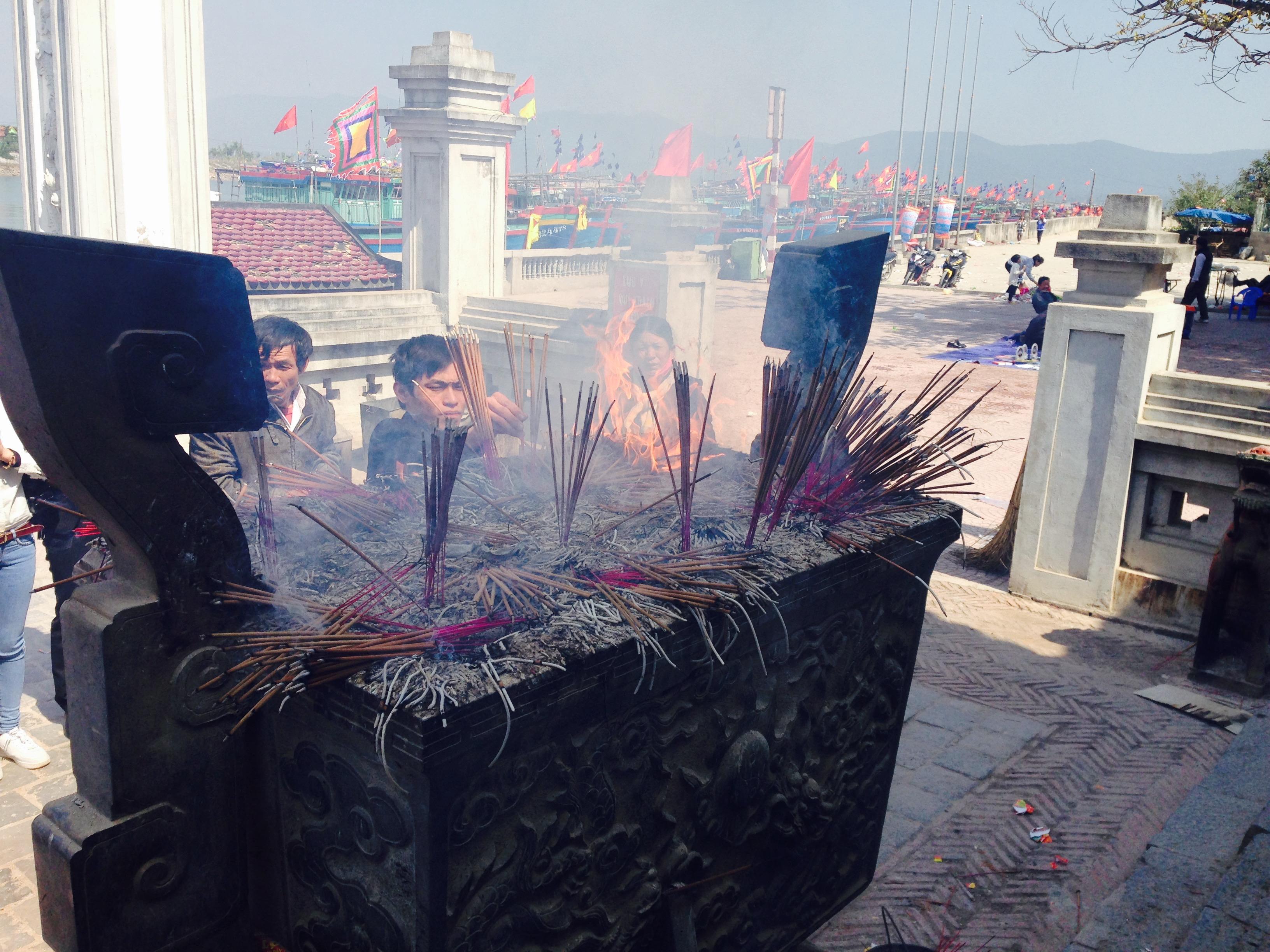 Phản cảm cảnh lễ bái lộn xộn tại ngôi đền nổi tiếng linh thiêng đất Nghệ 1
