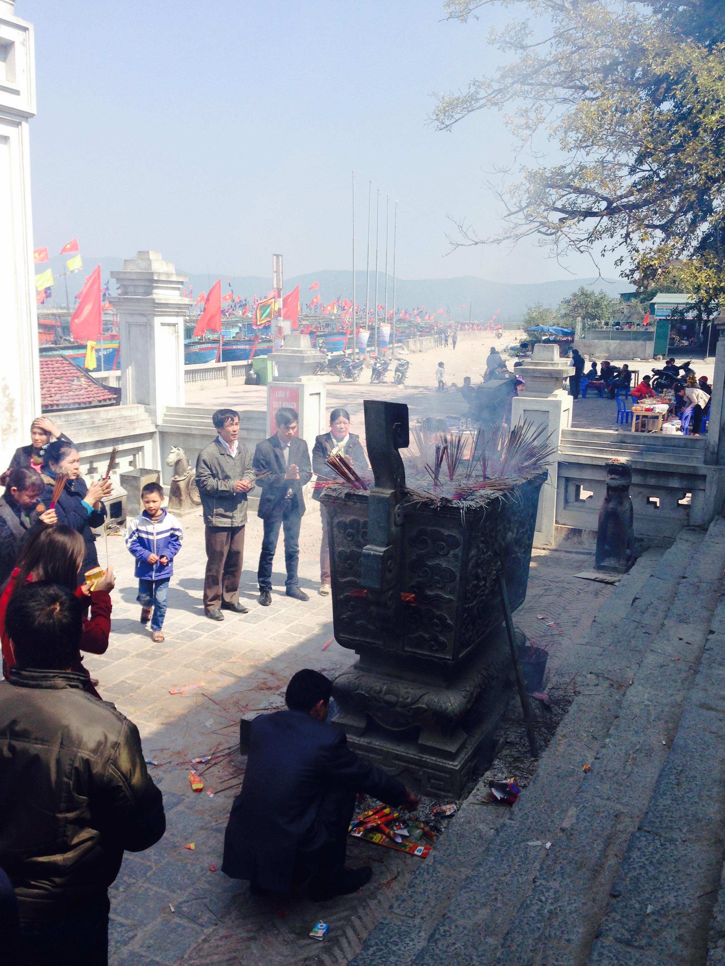 Phản cảm cảnh lễ bái lộn xộn tại ngôi đền nổi tiếng linh thiêng đất Nghệ 3