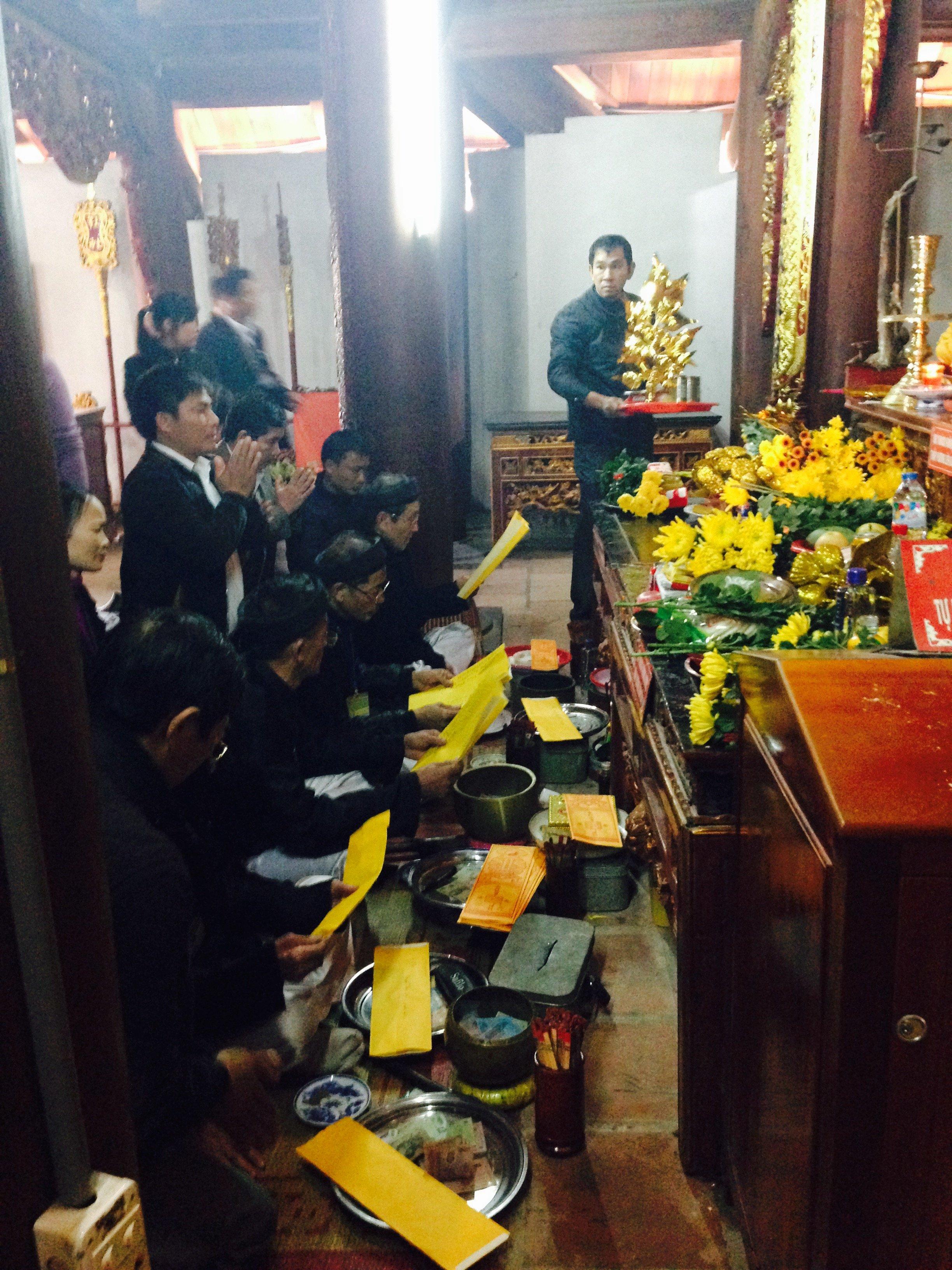 Phản cảm cảnh lễ bái lộn xộn tại ngôi đền nổi tiếng linh thiêng đất Nghệ 8