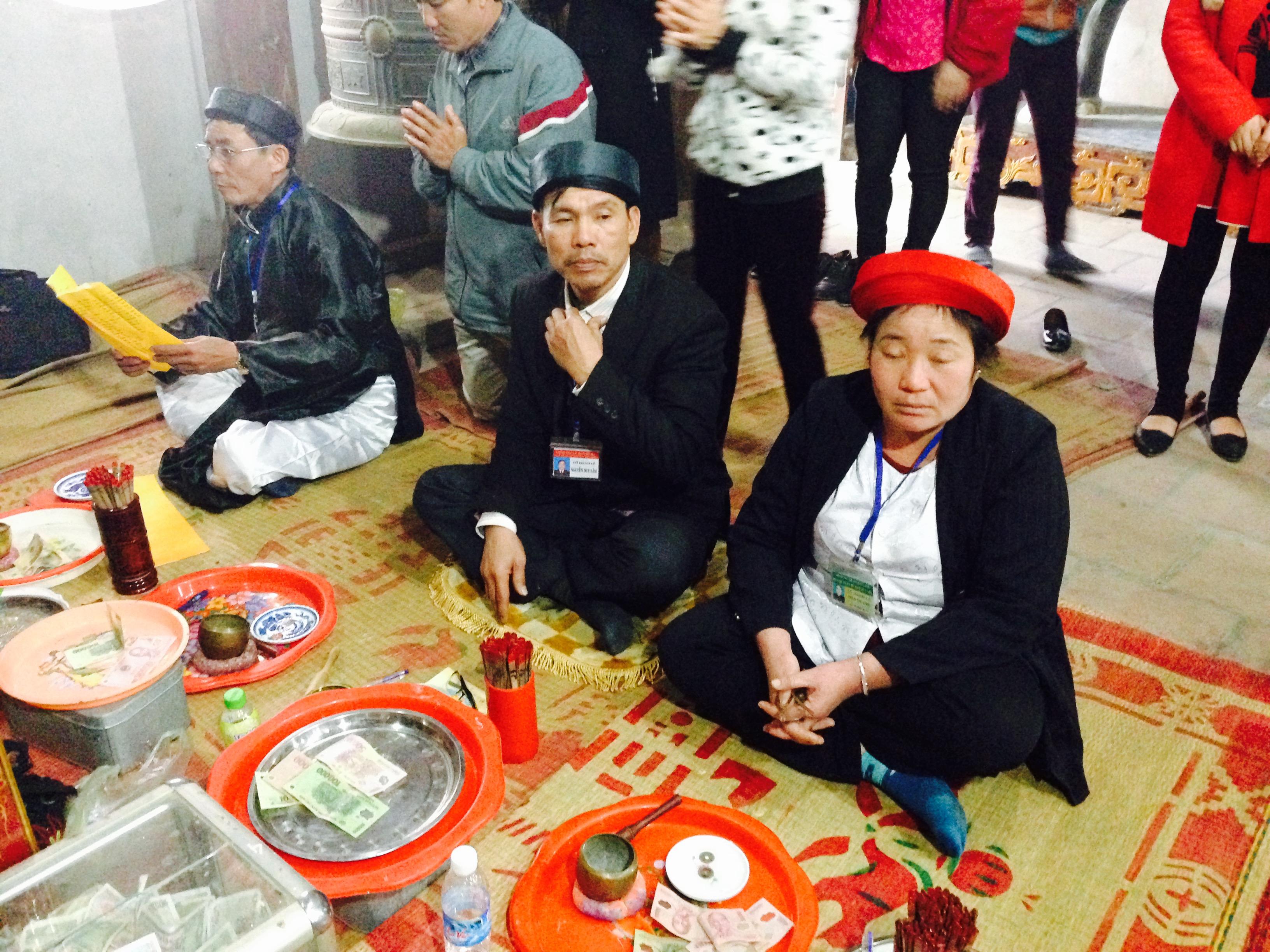 Phản cảm cảnh lễ bái lộn xộn tại ngôi đền nổi tiếng linh thiêng đất Nghệ 9