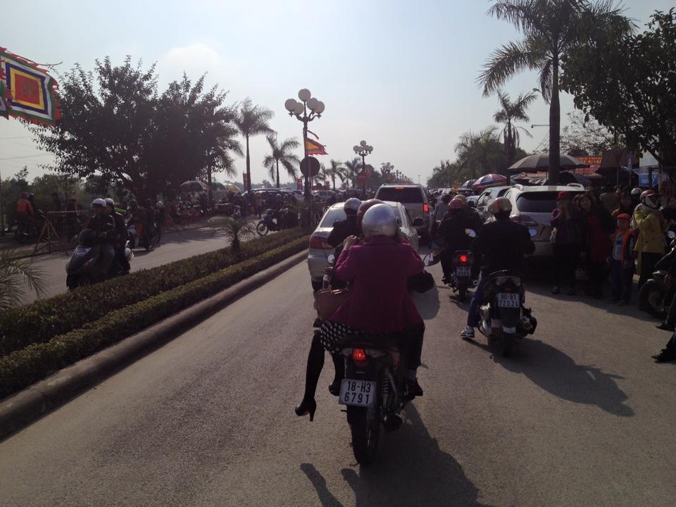 Người dân khắp nơi đổ về đền Trần Nam Định đầu năm  1