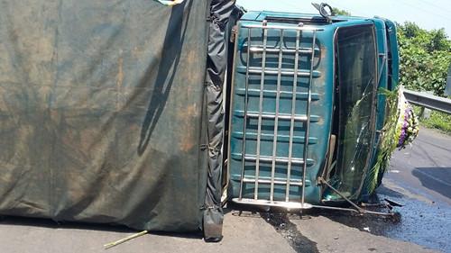 Tai nạn giao thông, xe chở quan tài lật ngang đường 1