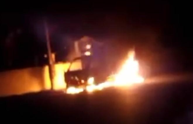 Video: Bố ôm con gái thoát khỏi ôtô bốc cháy trong đêm Valentine 1
