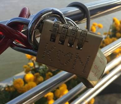 Xuất hiện hàng loạt khóa tình yêu trên cầu đi bộ 50 tỷ ở Cần Thơ 4