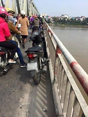 Vứt đôi dép trên cầu, thanh niên lao mình xuống sông Hồng tự tử 1