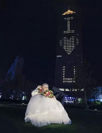 Cụ ông 84 tuổi thuê khách sạn cao 218 mét tỏ tình với vợ 1