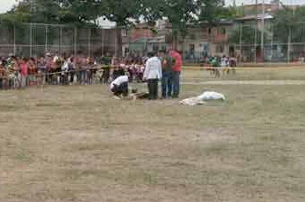 Bị truất quyền thi đấu, cầu thủ bắn chết trọng tài ngay trên sân 1
