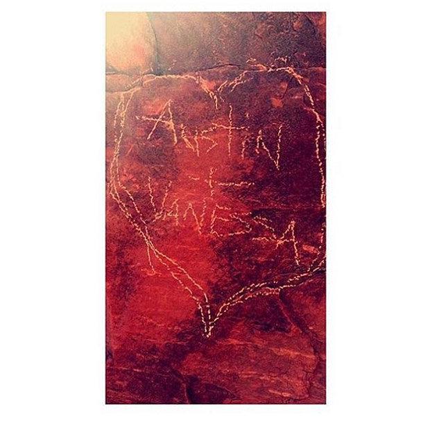 Nữ diễn viên Vanessa Hudgens gặp rắc rối khi viết tên lên phiến đá quý 2